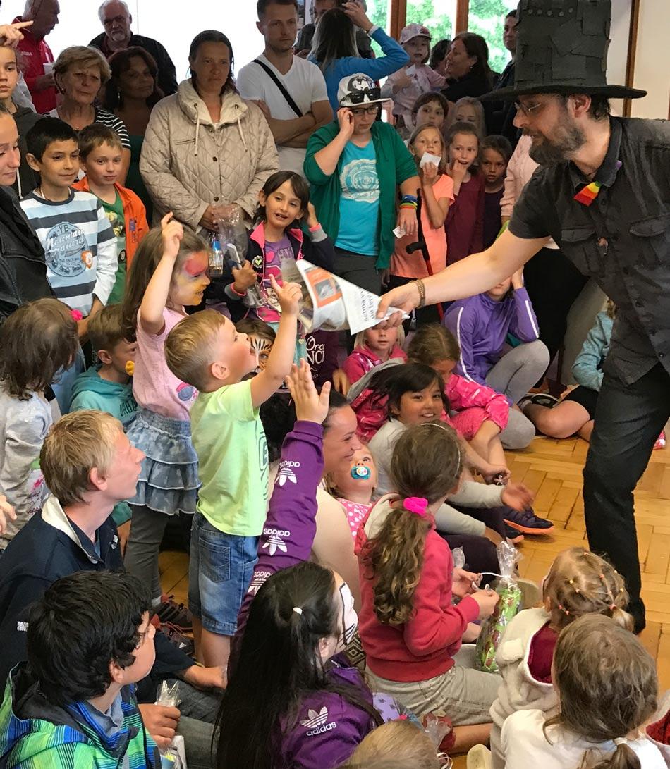 Kouzelník a děti na karnevalu Čáry Kluk