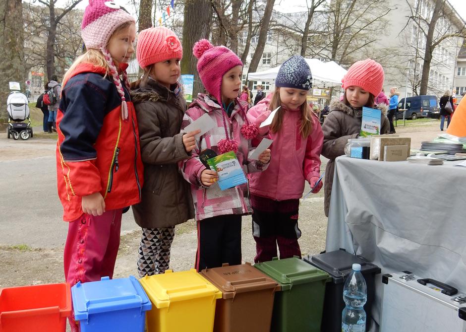 Kouzelník a děti na Ekolympiádě Liberec