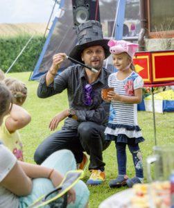 Kouzelník pro děti od 4 do 199 let.