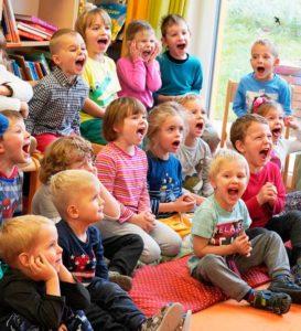 Děti ve školce s kouzelníkem
