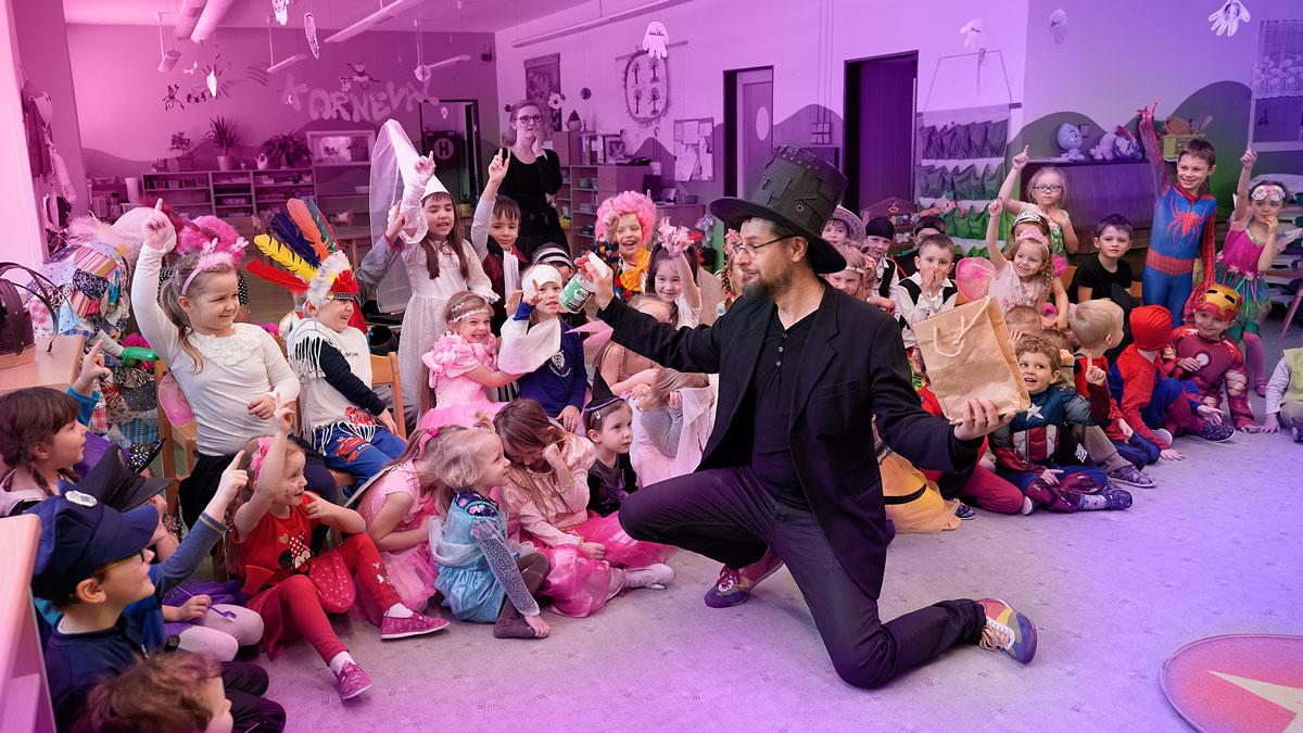 Kouzelník Čáry Kluk ve školce s dětmi
